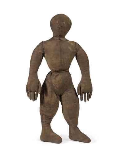 «Cette poupée ne ressemble à aucune autre. On ne sait pas si, à un moment de son existence, elle porta des vêtements, et si, comme on se l'imagine facilement aujourd'hui, elle fut conçue pour figurer une certaine idée de la force et/ou de la masculinité. Sa silhouette est dessinée avec un soin extrême. La largeur des mains, finement façonnées, évoque le travail du peintre africain-américain Jacob Lawrence (1917-2000). »