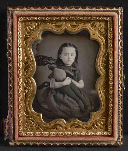 «Il existe très peu de daguerréotypes montrant une enfant qui tient dans ses bras une poupée de tissu noir. Celle-ci, remarquable et singulière dans sa forme, semble bien avoir été réalisée par une Africaine-Américaine. De là à imaginer que l'auteure est la nounou de cette petite Jean Frantz née quelques années avant la guerre de Sécession (1861-1865), il n'y a qu'un pas. Les poupées noires sur les photos des enfants blancs sont bien souvent le signe d'une invisibilité. »