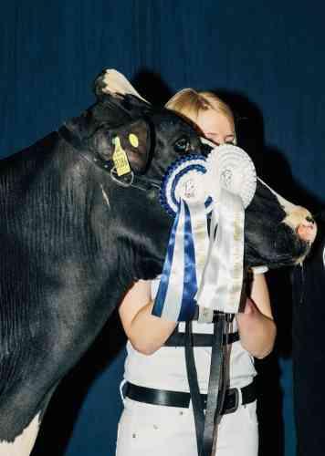 Une jeune éleveuse et sa championne, lors de la remise des prix du 43e Schau der Besten.
