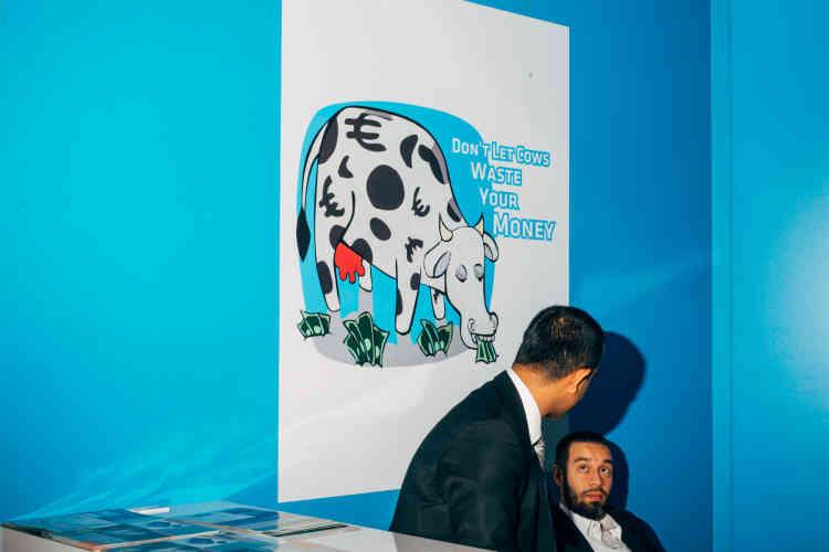 « Ne laissez pas les vaches gaspiller votre argent», lit-on sur l'affiche d'un salon à Hanovre, en novembre 2014.