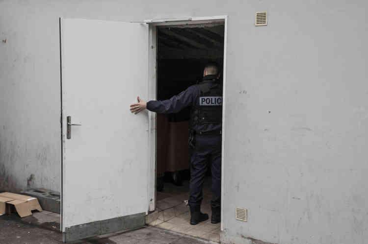 Une patrouille de la BSQ (brigade de soutien de quartier) dans le secteur de la «Cote d'Auty». Les parties communes sont vérifiées. Les dealers y cachent souvent les produits à vendre.
