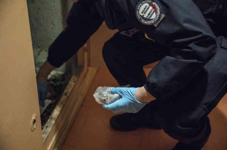Après avoir contrôlé l'identité de jeunes, qui ne portaient pas de drogue sur eux, les policiers de la BSQ ont trouvé des doses de stupéfiants dans les colonnes électriques de l'immeuble.