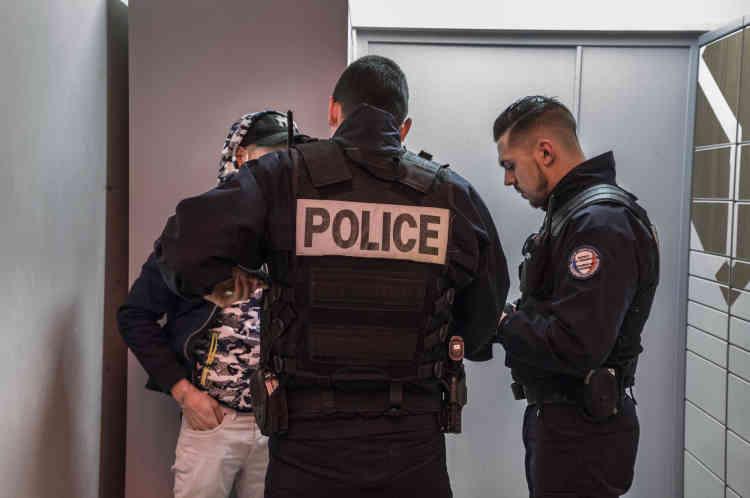 Une patrouille de la BSQ (brigade de soutien de quartier) fait des contrôles d'identité dans la gare de Petit-Colombes, le 13février.