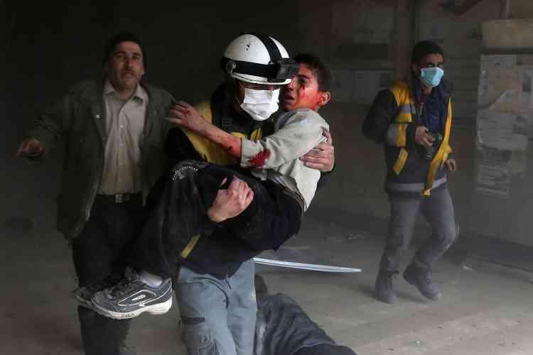 Un secouriste évacue un enfant tiré des gravats, le 8 février.