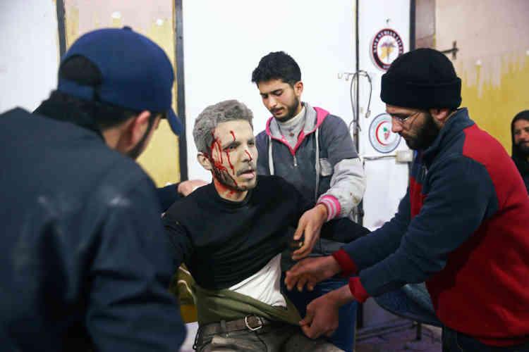 Un blessé est pris en charge, dans la ville assiégée de Douma, le 20février.Des centaines de personnes blessées affluent dans les hôpitaux de fortune de la zone, qui sont débordés, ont constaté des correspondants de l'AFP. Les lits manquent et, faute de place, les blessés sont soignés à même le sol tandis que les salles d'opération tournent à plein régime.