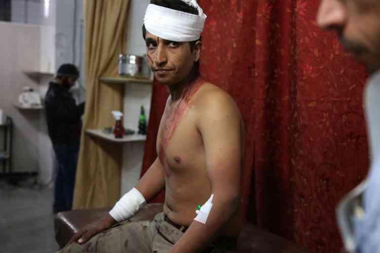Un homme blessé attend d'être soigné dans un hôpital de Kafr Batna, le 19février.La journée de lundi a été «l'un des pires jours de l'histoire de la crise actuelle», a déclaré à l'AFP un médecin de la Ghouta.