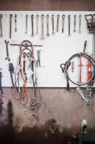 Des outils, dans la fabrique de pierres de curling.