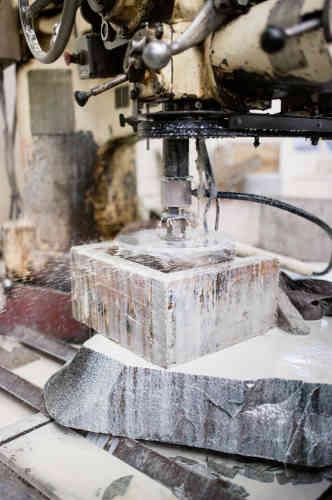 La découpe, l'une des premières étapes de transformation,dure environ quarante minutes par cylindre.