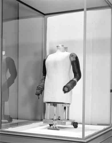 Buste de mannequin XXL déniché par Margiela aux puces de Saint-Ouen qui lui permettait de dessiner des vêtements oversize.