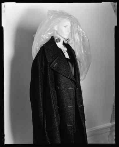 Margiela, caban et robe oversize, boucles d'oreilles boules à facettes, collection automne-hiver2000-2001.