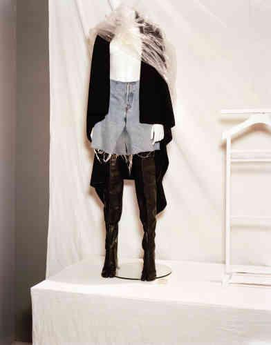 Margiela, dos de manteau porté en cape, jean oversize coupé en short et cuissardes tabis, automne-hiver2001-2002.