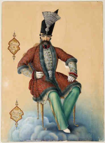 «Ce portrait de Nasir al-Din Shah (règne 1848-1896), quatrième représentant de la dynastie qajare, est un portrait allégorique : le souverain, âgé de 27 ans, y est représenté en apothéose, dominant la sphère terrestre depuis les nuées. Œuvre du peintre en chef des ateliers impériaux, Abu'l Hasan Ghaffari, qui y a apposé sa signature, cette peinture relève de la propagande impériale et de la glorification de la personne du shah. Ce dernier est vêtu d'un costume qui combine mode européenne, notamment dans le port du pantalon, adopté sous le règne de son père, et costumed'apparat traditionnel, dont le manteau à manches trois-quarts bordé de fourrure. Le souverain est coiffé du haut chapeau d'astrakan, emblématique des Qajars, ici rehaussé d'une aigrette ornée d'un diamant, symbole du pouvoir. Abu'l Hasan Ghaffari, qui aurait séjourné à Rome afin de se former aux techniques européennes de la peinture, renouvela, sans jamais y renoncer, la longue tradition du portrait princier en Iran. ».