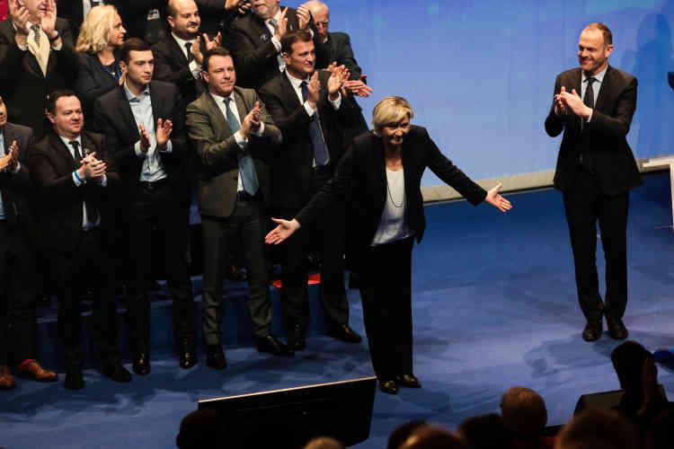 Marine Le Pen salue la foule à l'issue de sa réélection.