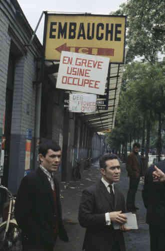 Devant l'usine Renault de Boulogne-Billancourt occupéepar ses travailleurs, en mai 1968.