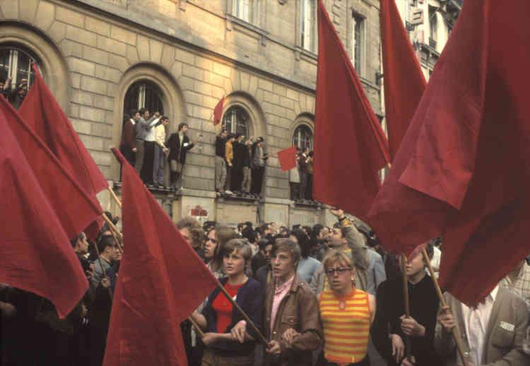 Un cortège de manifestants passe devant la Sorbonne, à Paris, le 29 mai 1968.