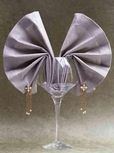 page de droite, boucles d'oreilles perles chaînes en or jaune, diamants et perles de culture, Chanel joaillerie.