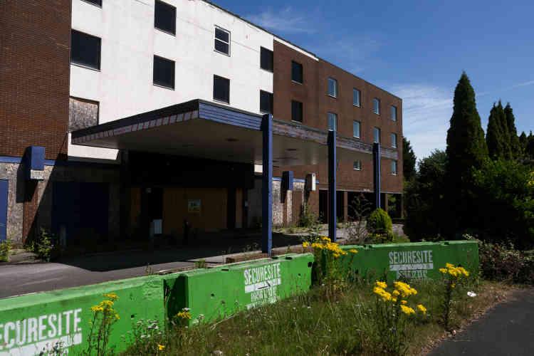 C'est dans cet hôtel qu'a été hébergé le premier groupe de seize Chagossiens venus s'installer à Crawley, en 2002, après avoir campé quatre jours dansl'aéroport de Gatwick. Ils restèrent six mois dans cet hôtel avant d'obtenir leurs papiers de résidents.