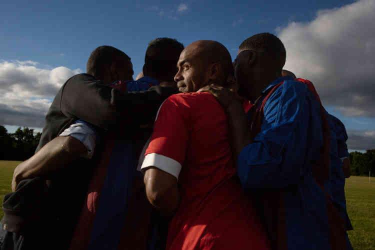 Journée de football organisée par la communauté chagossienne de Crawley. Le joueur de dos appartient à l'équipe Chagos Island Association, qui a participé à la Coupe du monde des peuples sans Etat, en 2016, en Abkhazie.