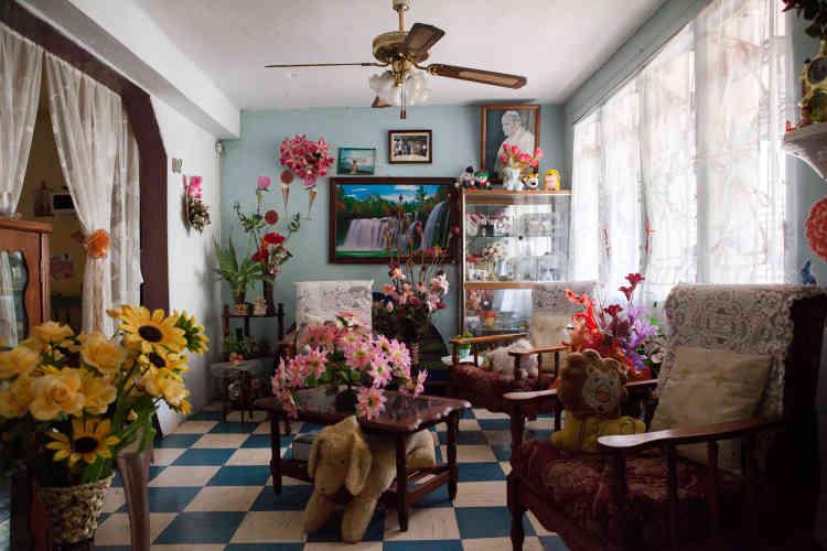 Dans le salon de «Petit Frère»,le vide laissé par le passé est comblé de manière artificielle: bondieuseries, fleurs en plastique, peluches... «Aux Chagos on n'avait rien et on avait tout pour être heureux. Ici, il n'y a rien de bon pour nous. »