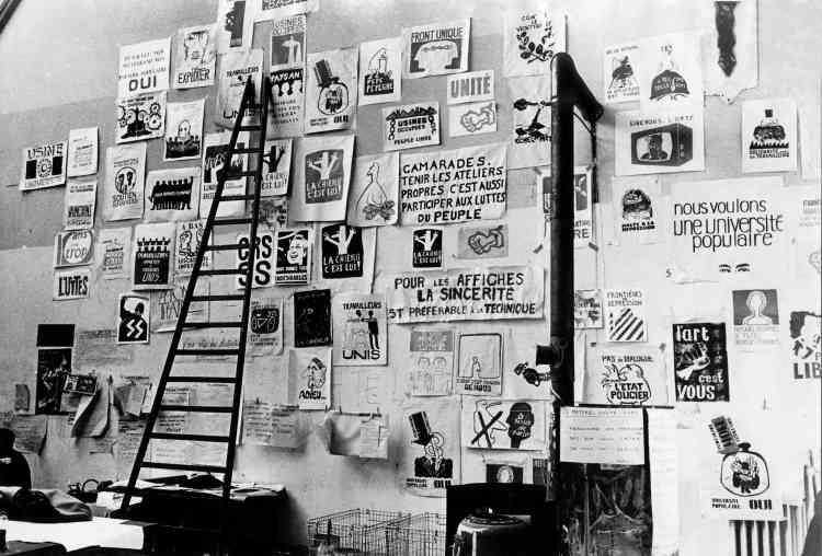 «Ce mur recouvert d'affiches est le journal mural de l'atelier. C'est comme si l'histoire s'écrivait au jour le jour: une vraie vie collective s'organise et occupe les lieux. Les affiches, dont le tirage variait entre 50 et 5000exemplaires, étaient précédées d'un débat en atelier. Les étudiants votaient ensuite pour ou contre à main levée. Puis ils les distribuaient et les collaient eux-mêmes, avec l'aide d'anciens étudiants. Il n'y avait pas de brigade d'affichage.»