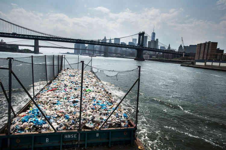 Une péniche de plus de 300 tonnes de plastique en route du Bronx vers une usine de recyclage à Brooklyn à New-York, le 26 mai 2016.
