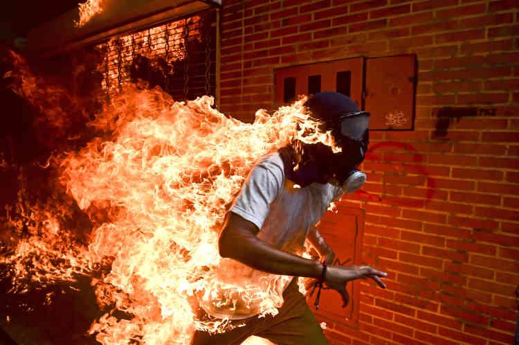 Jose Victor Salazar Balza (28 ans) en feu, lors d'affrontements violents avec la police antiémeute lors d'une manifestation contre le président Nicolas Maduro, à Caracas, au Venezuela, le 3 mai 2017.