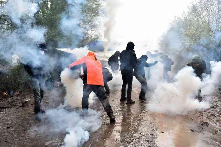 Mardi, au deuxième jour de l'intervention des gendarmes mobiles pour procéder aux expulsions dans la ZAD, l'air est devenu irrespirable. Des centaines de grenades lacrymogènes, ainsi que des grenades déflagrantes et des tirs de flashball répondent aux pierres, cocktails Molotov, engins artisanaux et agricoles, lancés sur les forces de l'ordre. Sur la petite route boueuse qui passe devant le site des Fosses noires, comme sur toute la zone,avancées et reculs des deux camps se succèdent.