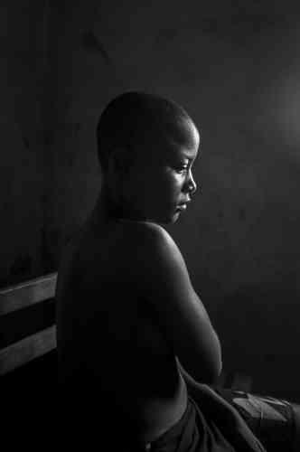 « Banned Beauty» montre Kamini Tontines, 12 ans, originaire de Bafang, dans l'ouest du Cameroun, cachant ses seins après que sa mère les ait repassés, une pratique traditionnelle au Cameroun.