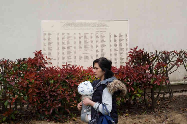 Au square de la Folie-Titon se trouve une plaque à la mémoire des 199 enfants de l'arrondissement déportés alors qu'ils n'étaient pas encore en âge d'aller à l'école.