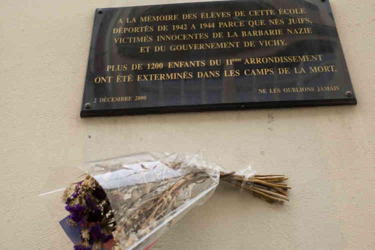 Les plaques sur les écoles publiques rappellent le lourd tribut payé lors de la Shoah par cet arrondissement, qui comptait la plus importante population juive avant la Seconde Guerre Mondiale. Sur quelque 11 400 Français juifs de moins de 18 ans déportés entre 1942 et 1944, plus de 1 600 venaient du 11e.