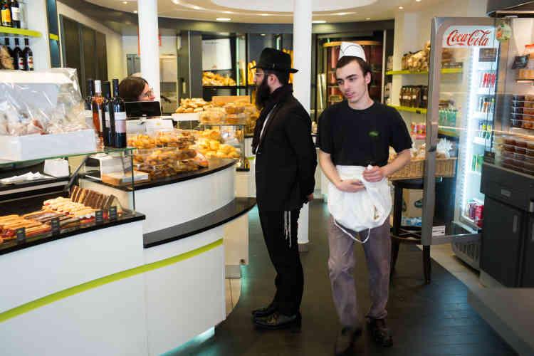 Israël Altabe chezle traiteur-boulanger «La Délicieuse», boulevard Voltaire. Ce jeune rabbin âgé de 30 ans vient d'arriver à la synagogue de la rue du Moulin Joly, dans le quartier de Belleville, pour donner un nouveau souffle à la vie juive déclinante du secteur. « L'office du chabbat réunissait 250 personnes y a encore huit ans. Aujourd'hui, nous sommes une cinquantaine », dit-il.