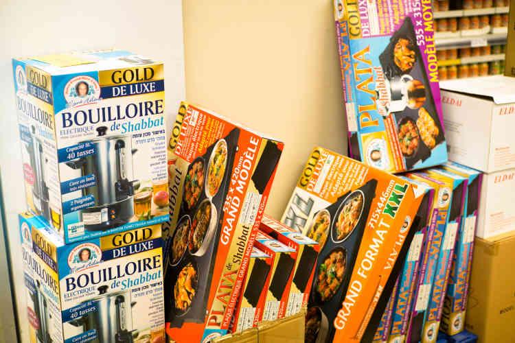 La diversité des produits siglés «Mémé Hélène» est impressionnante, elle va des légumes surgelés à la bouilloire électrique en passant par les petits nems. On peut venir en catastrophe auFranprix du boulevard Voltaire s'il manque quelque chosele vendredi en fin de journée, puisqu'il reste ouvert jusqu'àune heure avant le chabbat.