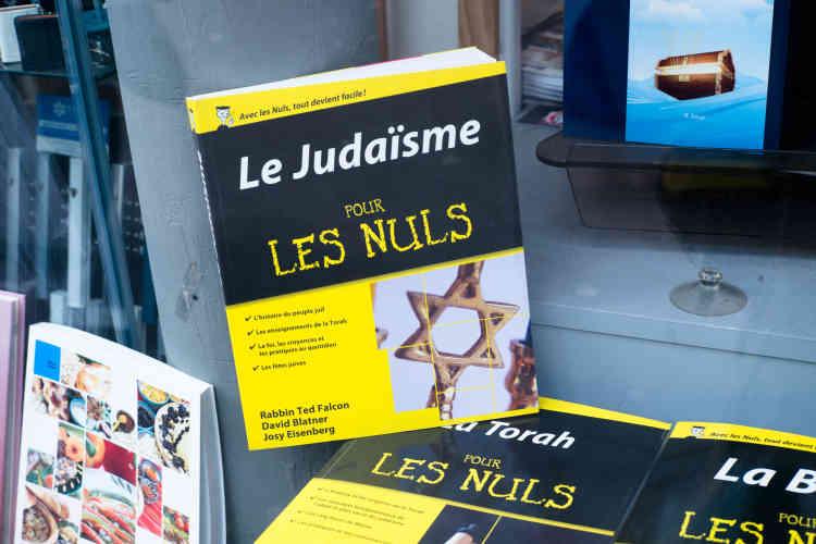 A la librairie Emet - « la vérité», en hébreu -, on trouve les plus savantes des exégèses comme des ouvrages pour les moins initiés. Lecouple qui tient la boutique affirme voir moins de monde sur le boulevard Voltaire et recevoir plus de commandes par téléphone depuis la mort de Mireille Knoll.