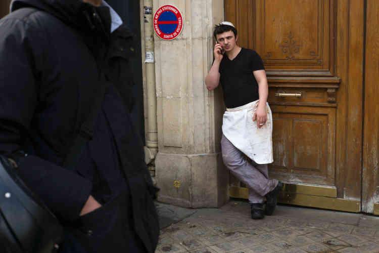 Pause-cigaretteà proximité de chez le grand boucher-snack cacher du boulevard Voltaire, « Franck & Julien», où l'on vient notamment le jeudi soir acheter des plats cuisinés pour le repas du chabbat le lendemain. Une machine à pastrami devrait bientôt débarquer des États-Unis.