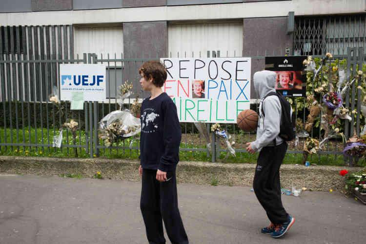 Plus au nord, devant l'immeuble de l'avenue Philippe-Auguste où habitait Mireille Knoll, plusieurs messages, bougies, photos et bouquets de fleurs ont été déposés à la mémoire de la vieille dame tuée le 23 mars.