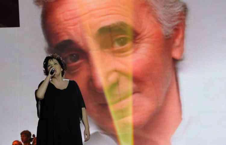 Hommage à Charles Aznavour lors de la 25ecérémonie des Victoires de la musique, au Zénith de Paris, le 6mars 2010.