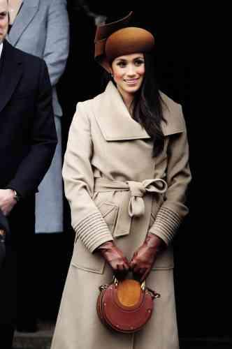 Meghan n'est plus la même. Après s'être affichée en couple avec le prince Harry lors des Invictus Games de Toronto en 2017, l'actrice divorcée lui est désormais fiancée, et commence déjà à prendre ses marques dans son nouveau monde. De fait, si ce jour-là, dans une église du Norfolk, elle tient à deux mains son sac cross-body de chez Chloé, ce n'est pas un hasard : traditionnellement, en effet, les femmes de la famille royale tiennent toujours ainsi leur sac, afin de décourager les badauds (aussi appelés «mécréants ») d'essayer de leur serrer la main.