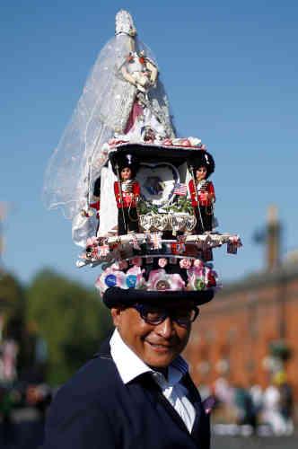Chito Salarza-Grant, connu comme «l'homme au chapeau de Londres», est naturellement venu coiffé de sa dernière création. Salarza-Grant est réputé pour arborer des couvre-chefs de sa fabrication lors d'occasions spéciales, telles que le mariage du prince William et de Kate Middleton, en 2011, ou les Jeux olympiques de Londres, en 2012.