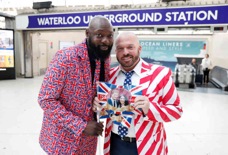 Des fans royaux colorés s'apprêtent à prendre le train à la gare de Waterloo, à Londres, pour se rendre à Windsor.