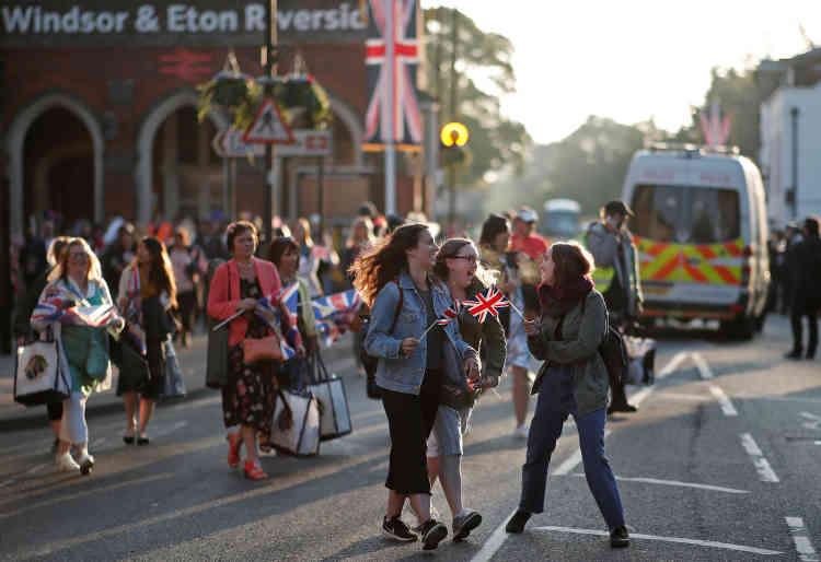 Le flux de fans à la gare ferroviaire de Windsor & Eton Riverside ne faiblissait pas, samedi matin.