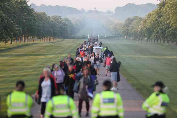 Il est encore tôt en ce matin brumeux, samedi 19 mai, quand de nombreux Britanniques arrivent non loin du château de Windsor.