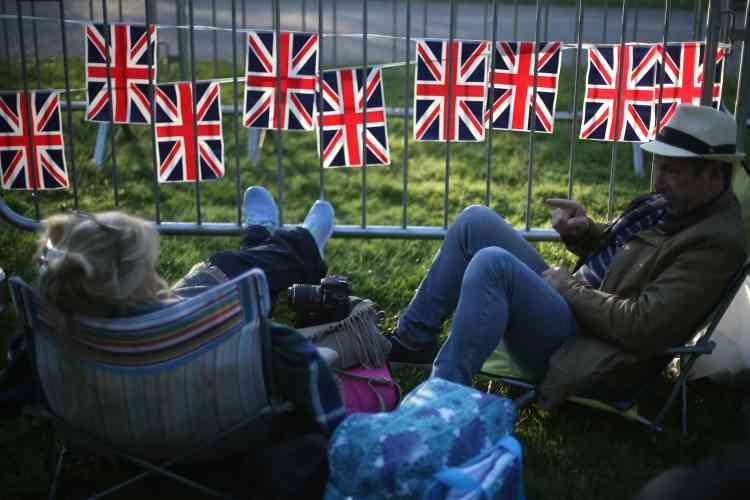 Non loin du château de Windsor, des fans de la première heure se sont installés dans la matinée, en attendant l'arrivée du couple princier, suivie de la cérémonie.
