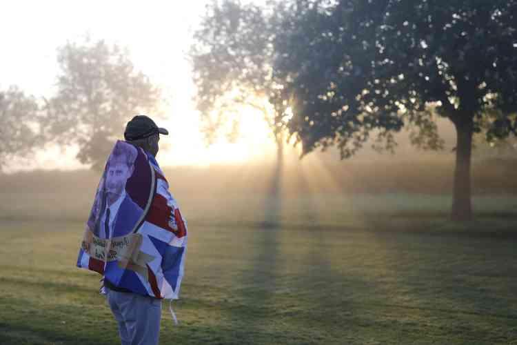De nombreux Britanniques sont arrivés très tôt le long de la route jusqu'au château de Windsor dans la matinée de samedi 19 mai. C'est d'ici que partira la route du calèche du prince Harry et de Meghan Markle après la cérémonie.