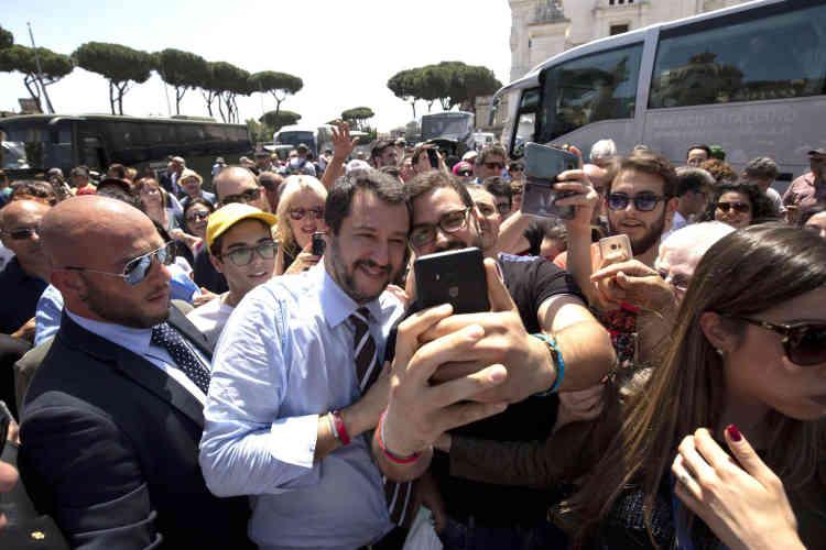 """Résultat de recherche d'images pour """"salvini bain de foule"""""""