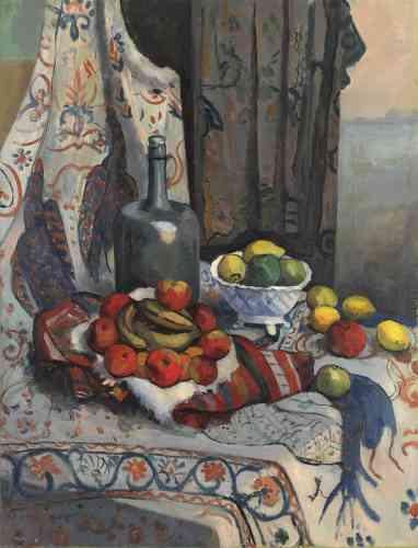 « En 1909, Manguin réalise plus d'une dizaine de natures mortes dont cette composition complexe qui évoque la tradition des natures mortes d'apparat du XVIIe siècle hollandais. Par leur traitement formel, les objets généreusement disposés sur les drapés souples de l'étoffe mettent également en évidence la fascination du peintre pour l'œuvre de Cézanne.»