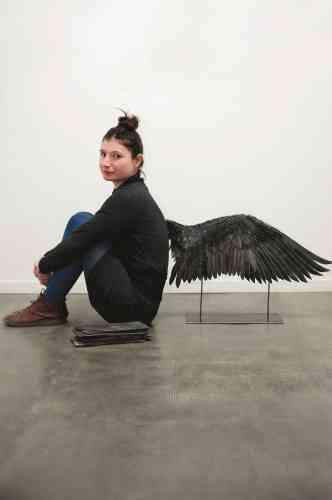 «Elle donne de la légèreté à ce qui est lourd. En travaillant les ressources naturelles, Paulina Okurowska interroge autant la forme que le fond. Parce que pour élever l'art, il faut l'enraciner dans le sol, souligne celle qui a créé une aile en schiste, noire et pesante, en écho à la souplesse mécanique qui permet à l'oiseau de s'envoler.»