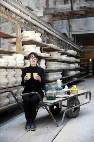 «Une évidence. C'est ce que Corinne Jourdain a ressenti lorsqu'elle a racheté la manufacture de grès et poteries de Digoin en 2014. Et l'envie d'assurer la continuité d'une entreprise qui a vu grandir tous les enfants du pays. Son plaisir? Remettre au goût du jour le savoir-faire de nos grands-mères.»