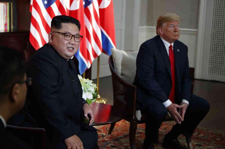 Le photographe Evan Vucci a suivi Donald Trump pour son agence depuis le début de sa campagne électorale en 2016. Au moment où la presse est priée de quitter la salle, il parvient à obtenir ce regard du leader nord-coréen.