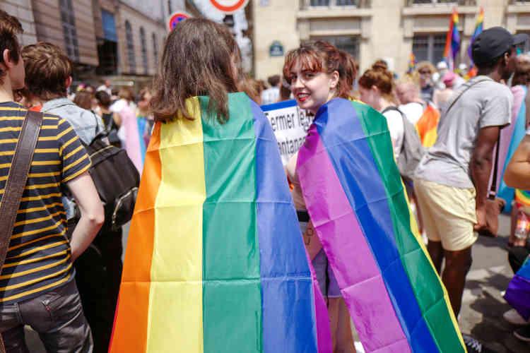 Des participantes au cortèges de tête porteuses du drapeau arc-en-ciel.