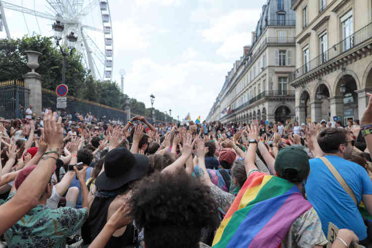 Place des Pyramides, lecortège de tête s'est arrêté, et a fait face au cortège officiel, lui lançant des slogans tels que«Pas de pinkwashing dans nos fiertés».